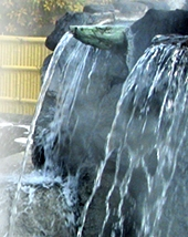 湯量毎分373リットル豪快な打たせ湯